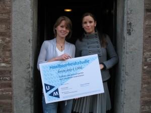 Marieke de Kort reikt prijs uit aan Karin van der Ven
